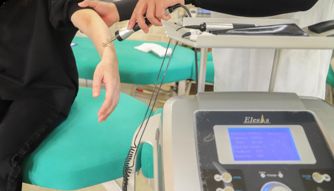 ハイボルテージ・超音波治療器・微弱電流装置(エレサス)を 導入しました。
