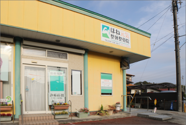 黄色い建物が目印です。美容サロン千恵さんの隣、駐車場は共用です。